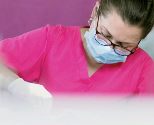 tannlege utfører tanntrekking