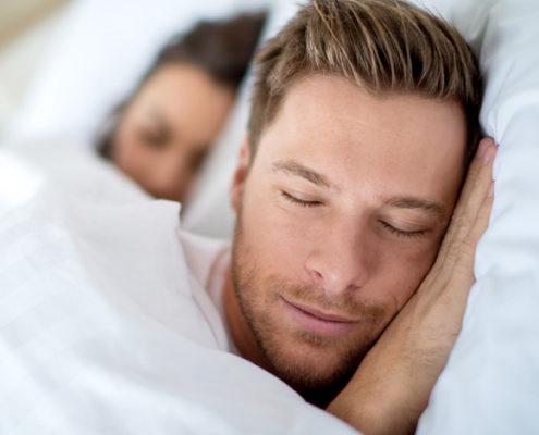 Mann som sover godt uten å snorke