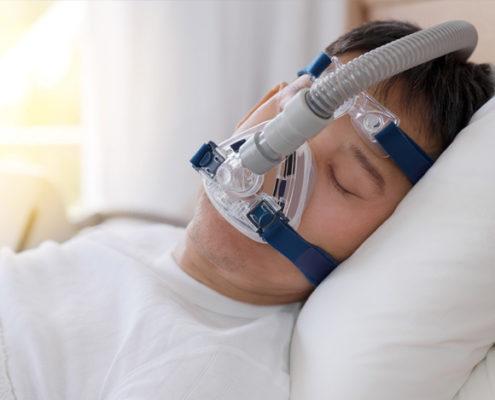 Mann som sover med maske